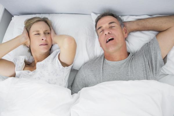 Ποια είναι η καλύτερη θέση ύπνου για εσάς Πλεονεκτήματα, μειονεκτήματα και συμβουλές για το ροχαλητό των κοιμισμένων πίσω ανθυγιεινά