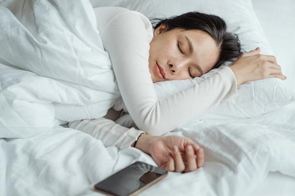 Ποια είναι η καλύτερη θέση ύπνου για εσάς Πλεονεκτήματα, μειονεκτήματα και συμβουλές για τους πλευρικούς κοιμώμενους που κοιμούνται στο πλάι ιδανικό