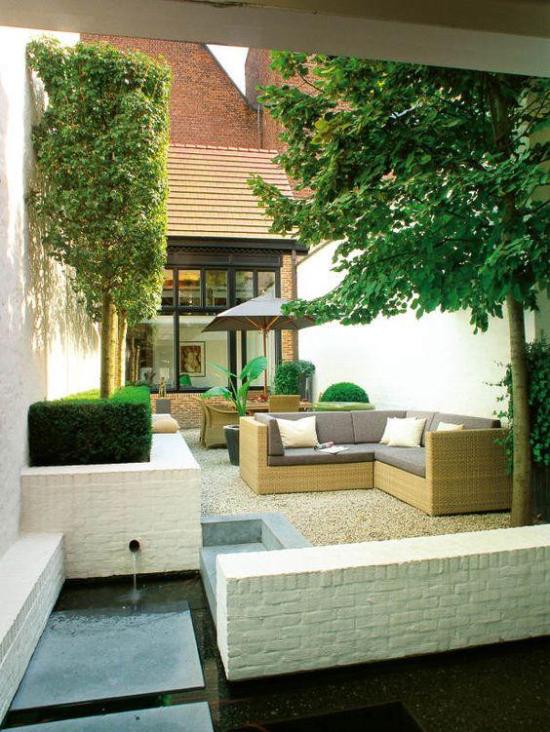 Wohnliche Gartengestaltung mit Steinen und Möbeln