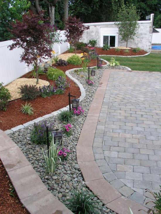 Wunderbare Gartengestaltung mit Steinen und anderen Elementen