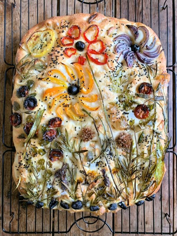 flower focaccia mit paprika oliven und rosmarin