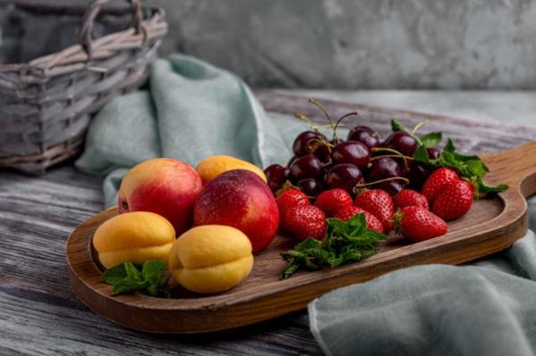 frisches obst essen aprikosen pfirsiche erdbeeren kirschen