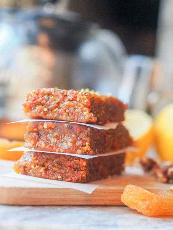 gesunde proteinriegel mit aprikosen