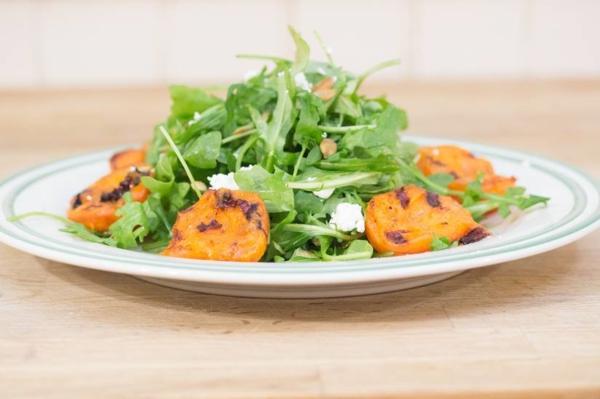 gesunder salat mit gegrillten aprikosen