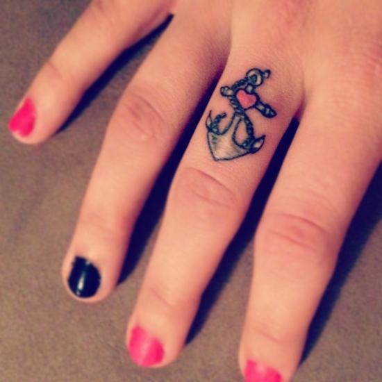 glaube liebe hoffnung tattoo finger frauen