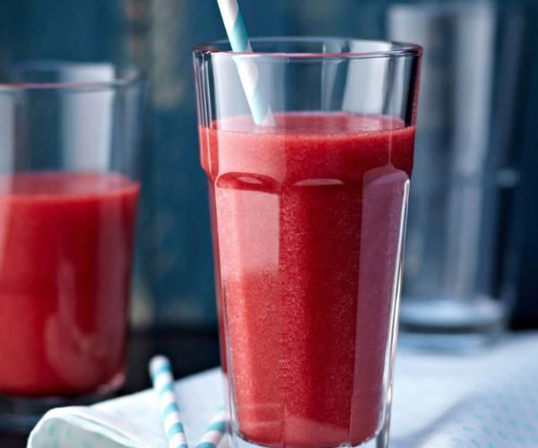 grosses glas mit roten beeten