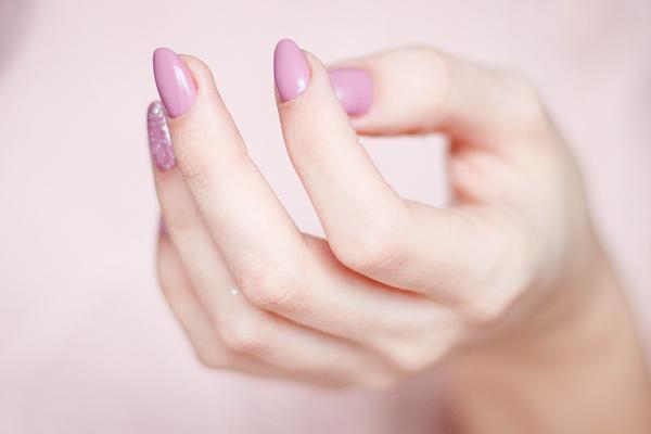 nagel gedundheit tipps lila fester nagellack