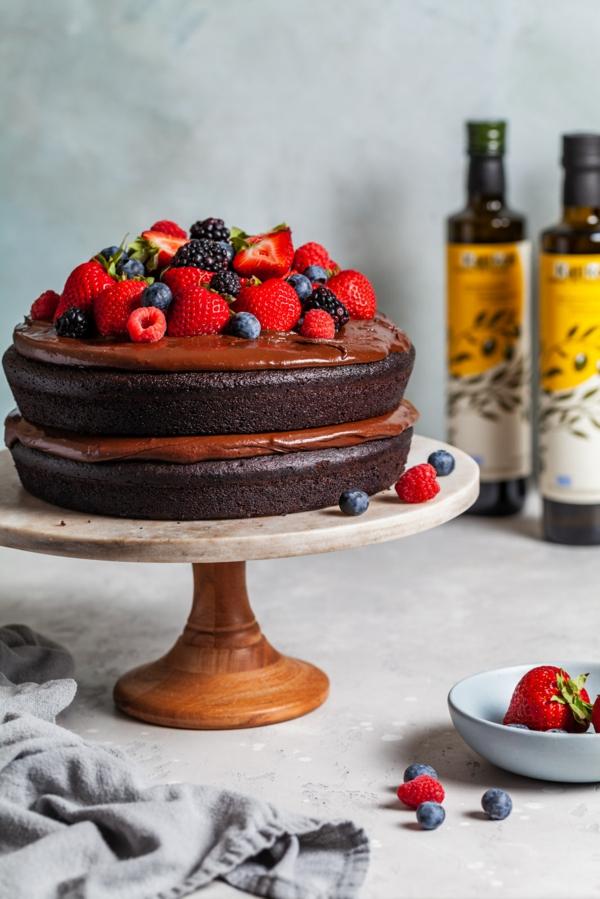 olive oil cake mit frischen beeren und schokolade