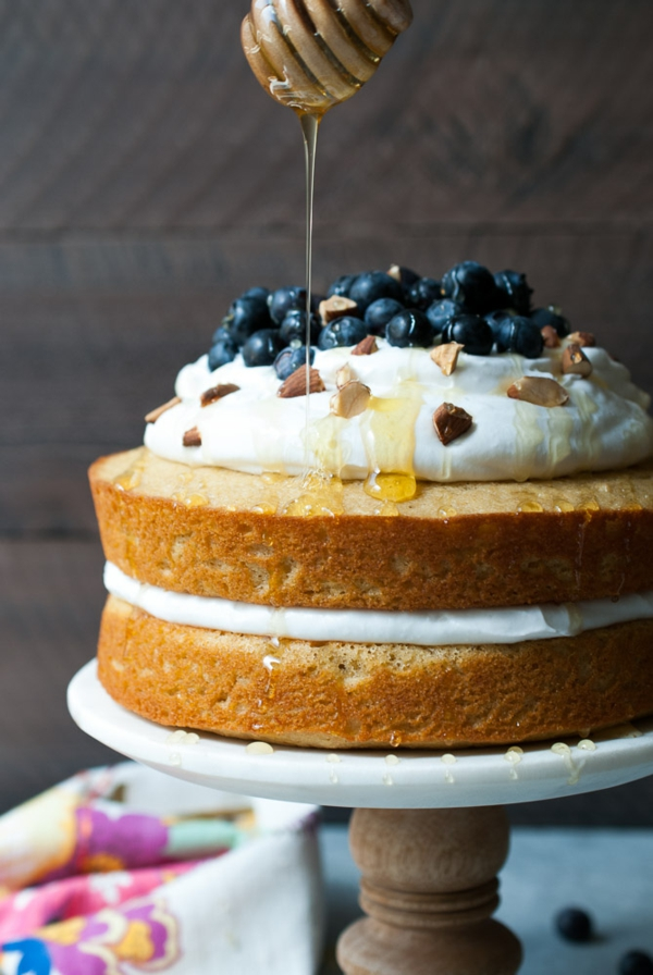 olive oil cake mit honig und blaubeeren