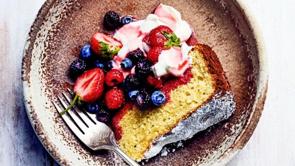 olive oil cake sommerkuchen mit eis und beeren
