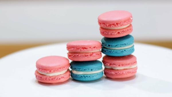 rosa blaue französische macarons mit vanille füllung