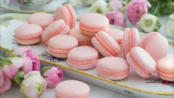 rosafarbene französische macarons sommer