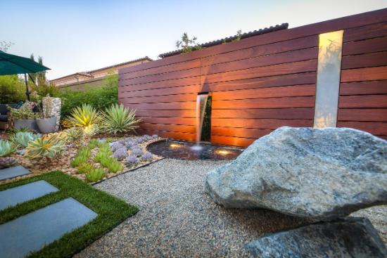 schön beleuchtete Gartengestaltung mit Steinen