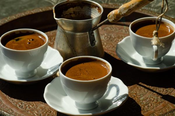 türkischer kaffee tablett mit kaffee