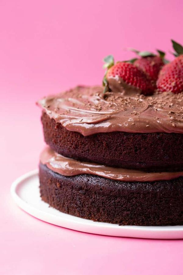 veganer olivenölkuchen mit erdbeeren und schokolade