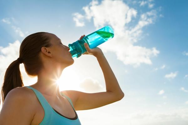Alkalisches Wasser hoher pH Wert gesunde Lebensweise Wasser nach dem Sport