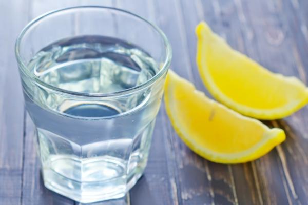 Alkalisches Wasser hoher pH Wert gesunde Lebensweise Zitronensaft