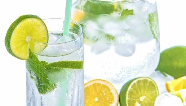 Alkalisches Wasser hoher pH Wert gesunde Lebensweise Zitronenwasser