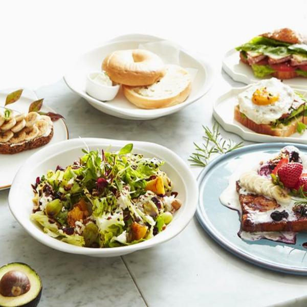 Brunch Ideen Avocado Brötchen mit Spiegeleiern grüner Salat