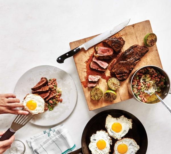 Brunch Ideen Spiegeleier und Fleisch eiweißreiche Nahrungsmittel
