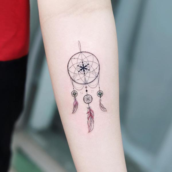 Dezente Zeichnung an der Hand Traumfänger Tattoo
