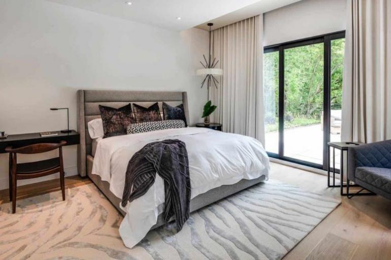 Einfamilienhaus in Florida mit offenem Wohnkonzept Elternschlafzimmer neutrale Farben schicke Möbel eingebaute Lichter viel natürliches Licht