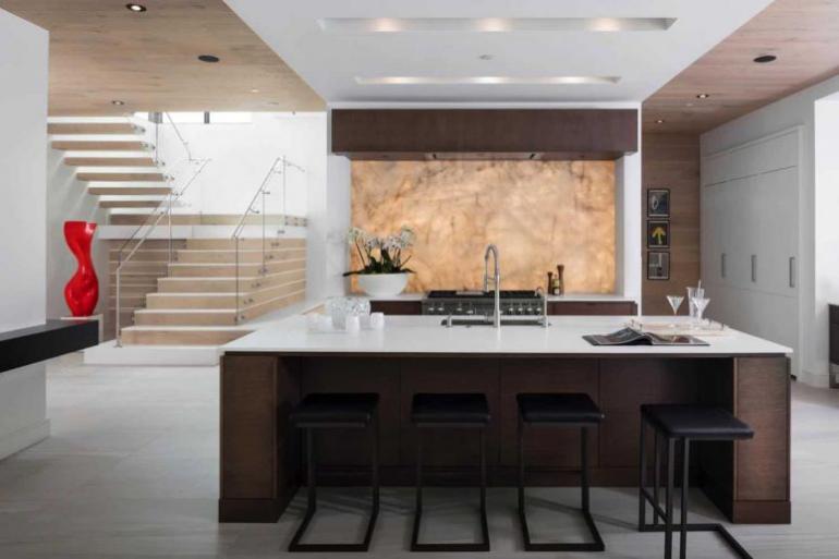 Einfamilienhaus in Florida mit offenem Wohnkonzept elegante Glastreppe hochmoderne Küche Kücheninsel Hocker Küchenspiegel aus Quarzit eingebaute Beleuchtung