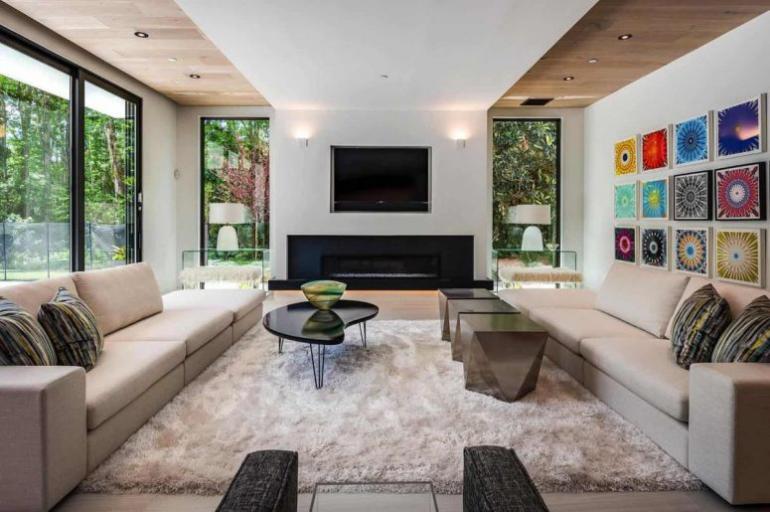 Einfamilienhaus in Florida mit offenem Wohnkonzept geräumiger Wohnbereich in hellen Farben gestaltet stilvolle Möbel Wanddeko deckenhohe Fenster
