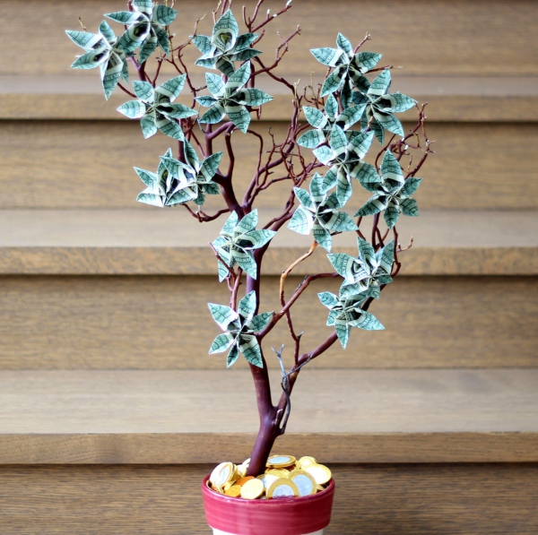 Geldbaum basteln – Kreative Geschenkideen für jeden Anlass zweig ast mit geldscheine blumen