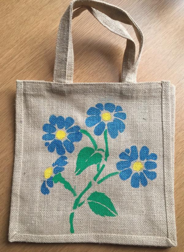Jutebeutel bemalen Farben praktische Tipps Blumen blaue Blüten