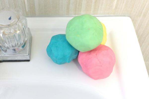 Knetseife selber machen Rezept Waschknete farbige Kugeln