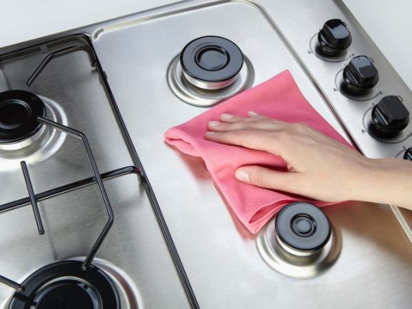 Kochplatten reinigen Ofen mit einem Tuch reinigen