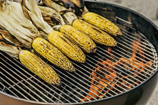 Maiskolben grillen den Stunk die Blätter entfernen vor dem Grillen