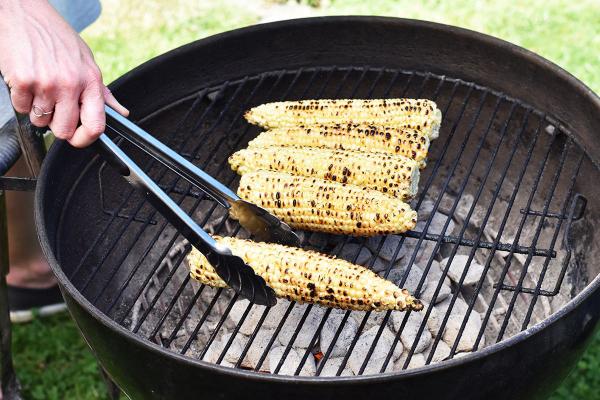 Maiskolben grillen die Grillsaison in vollem Gange im Freien