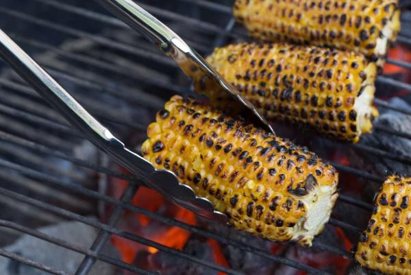Maiskolben grillen mit Marinade Petersilie Zwiebelscheiben unwiderstehlich lecker Geschmack des Sommers