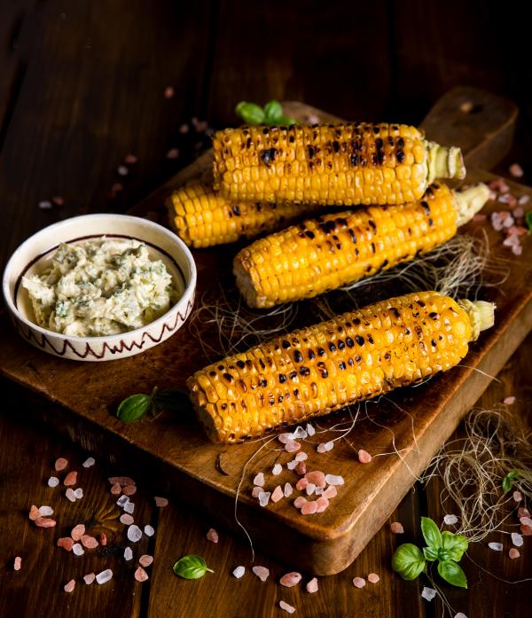 Maiskolben grillen mit Salz Minze Dipp der Geschmack des Sommers