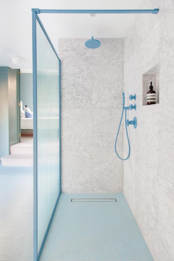 Mid-Century Modern Wohnstil Bad in Grau und Hellblau Duschecke Glaswand blaue Armatur