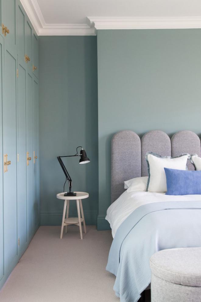 Mid-Century Modern Wohnstil Schlafzimmer grau stahlblau dominieren Wände Bett Bettwäsche