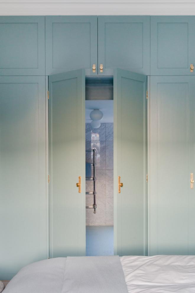 Mid-Century Modern Wohnstil Schlafzimmer stahlblaue Oberflächen eingebauter Kleiderschrank Schlafbett