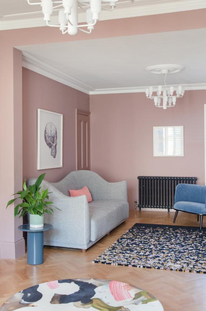 Mid-Century Modern Wohnstil Wohnzimmer Sitzecke hellgraues Sofa babyblauer Sessel