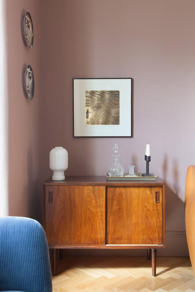 Mid-Century Modern Wohnstil Wohnzimmer Vintage Kommode im Wohnzimmer Lampe weiße Kerze Wanddeko