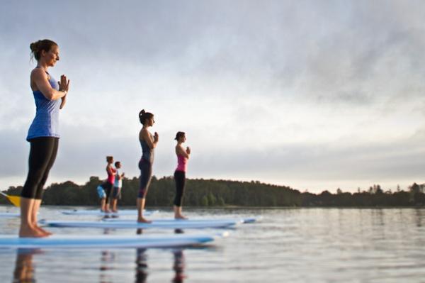 SUP Yoga Tipps Paddleboard Yoga Gleichgewicht üben