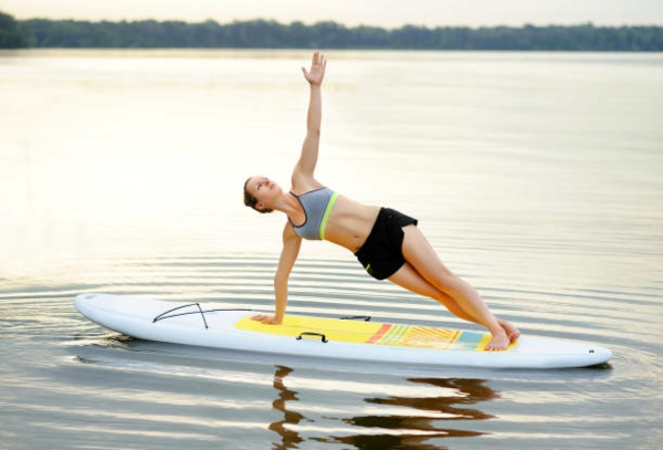 SUP Yoga Tipps Paddleboard Yoga treiben Gleichgewicht