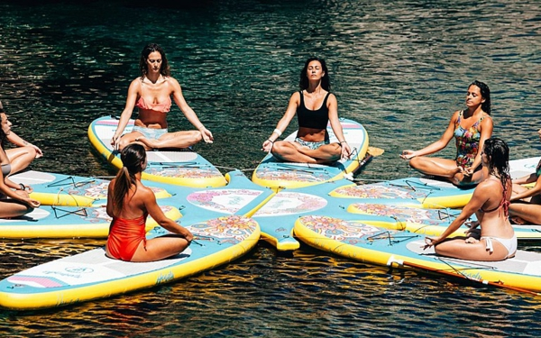SUP Yoga Tipps Paddleboard Yoga treiben Yogaübungen