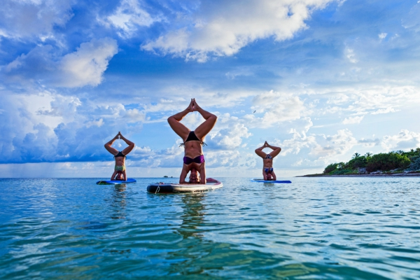 SUP Yoga Tipps Paddleboard Yoga treiben ruhiges Wasser