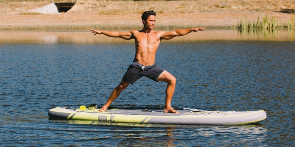 SUP Yoga Tipps Yoga treiben Stehpaddeln Mann