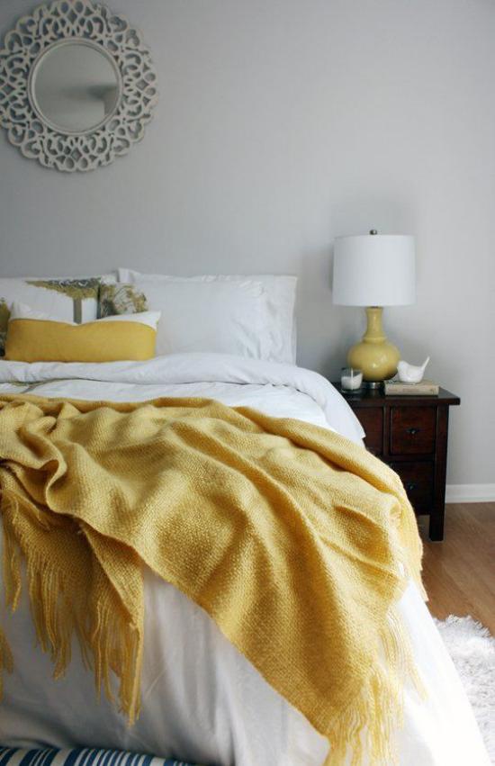 Schlafzimmer Ideen in Grau und Gelb Gemütlichkeit pur Bett weiße Bettwäsche etwas Gelb Nachttischlampe
