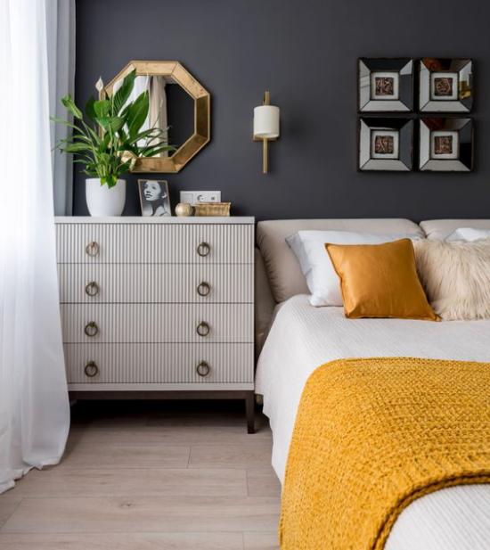 Schlafzimmer Ideen in Grau und Gelb Graphitgraue Wand hinter dem Schlafbett Weiß und Gelb als Farbkombination
