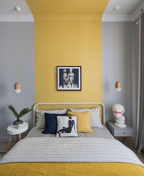 Schlafzimmer Ideen in Grau und Gelb an der Wand komfortables Bett einfache Einrichtung Wandbild zwei Nachttische Hängelampen
