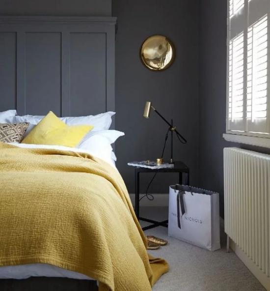 Schlafzimmer Ideen in Grau und Gelb eine gewagte Farbkombination graphitgraue Wand hellgelbe Tagesdecke Lampe neben dem Bett